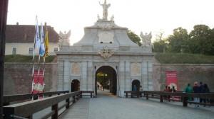 Poarta a III-a, cu pod de-ăla de se ridică (basculant :P)