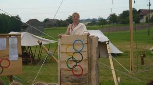 """Podiumul olimpic, și """"zeița"""" care făcea anunțurile"""