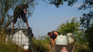 Nicu alimentează cisterna cu apă de spălat