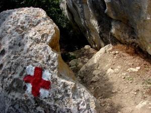 Crucea roșie e bine marcată pe chei, și există și o scară de lemn pentru a face coborârea mai ușoară