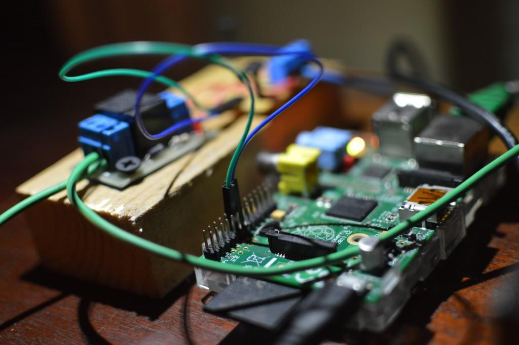 RaspberryPi (dreapta), plăcuța cu releu de la YLI (stânga față) și conectorii de la tranzistor.